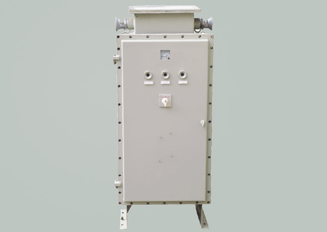 BQX-系列防爆星三角起动箱适用范围 1. 1区、2区危险气体场所; 2. A、B类T1~T4组爆炸性气体或蒸气环境; 3. 户内、户外(IP54). BQX-系列防爆星三角起动箱技术特点 1. 铝合金外壳或钢板焊接,表面喷塑 2. 内装交流接触器、热继电器、断路器、时间继电器、电流互感器、电压表、电流表、转换开关及指示灯等; 3.